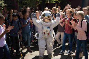 宇宙飛行士のヘルメットは被っていない