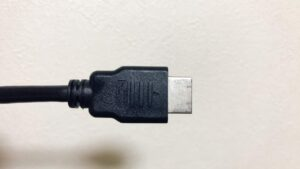 一番安くて簡単な方法は「HDMI」ケーブルでディスプレイと接続する方法です